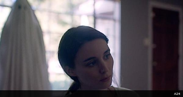 ケイシー・アフレックが白いシーツを被ったお化けを演じる、映画『A Ghost Story』の予告編が公開