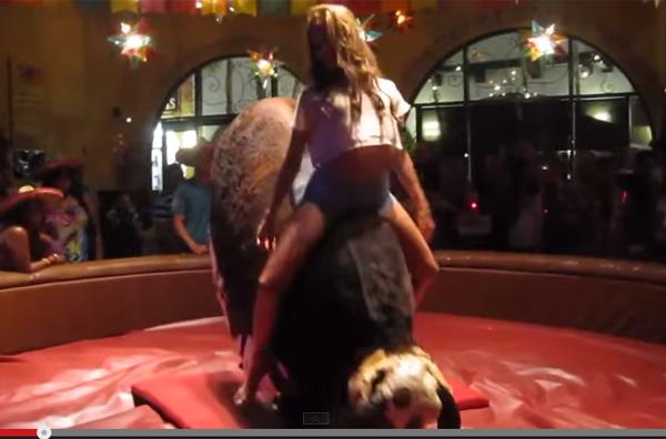 【閲覧注意】ロデオマシーンを乗りこなすセクシー美女の腰の動きがヤバすぎる