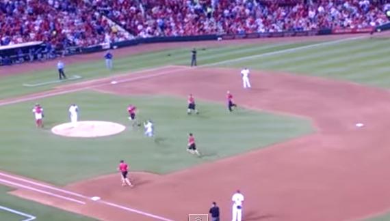 野球場に次々と乱入者!5人の警備員を振り切ったバカがでんぐり返しでホームイン