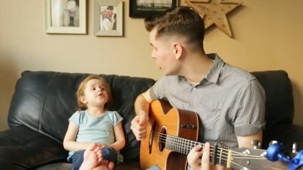 ユーチューブで話題の父娘デュオが映画『トイ・ストーリー』の主題歌を熱唱!【動画】