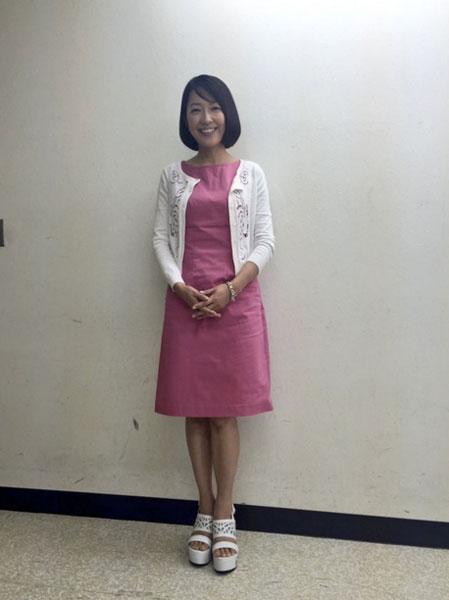 ピンク色ワンピースを着ている羽田美智子