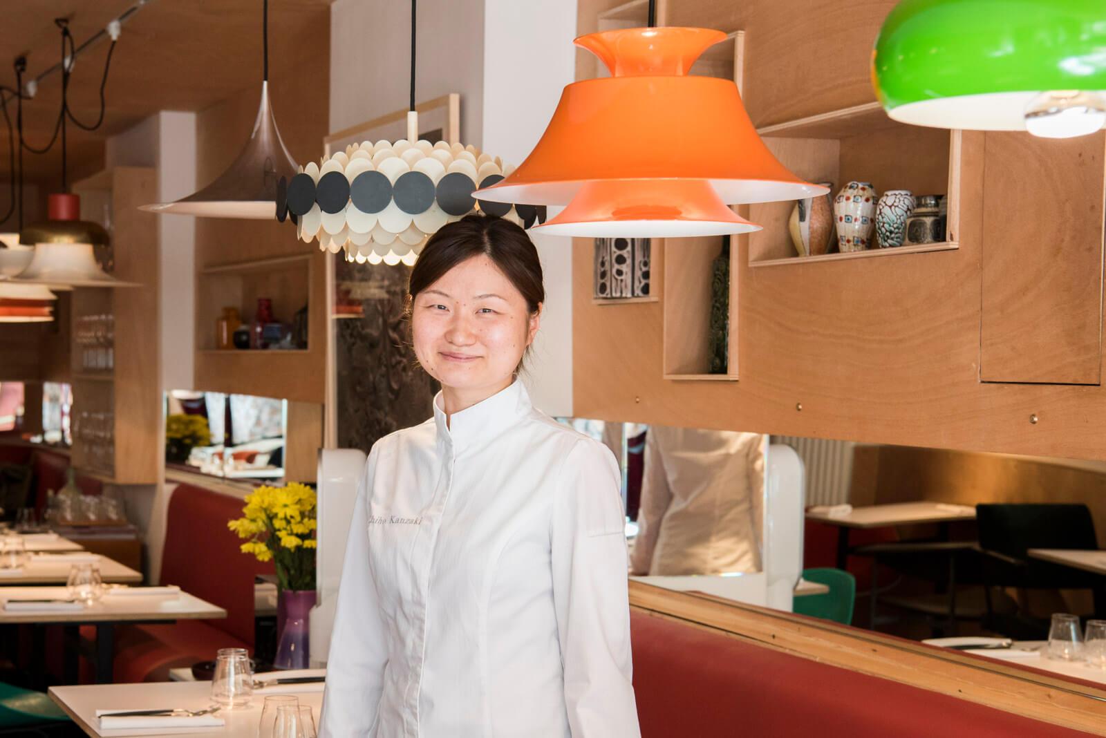 神崎 千帆(かんざき・ちほ)さん。パリ12区のレストラン「Virtus」のシェフ(料理長)。調理師学校卒業後、20歳で渡仏。 一つ星、二つ星、三つ星レストランでの研修後、フランス・マントンの二つ星レストラン「Mirazur」でのスーシェフ(副料理長)を経て現在に至る。2017年8月には世界中の有名シェフが参加する国際的な料理イベント「Gelinaz」に日本人として唯一参加するなど、その活躍を世界に広げている