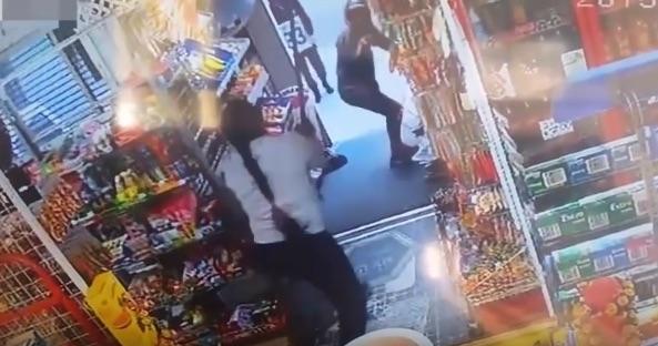 ライフル武装した強盗をホウキで追い払ったおばさんが最強すぎるwww【動画】