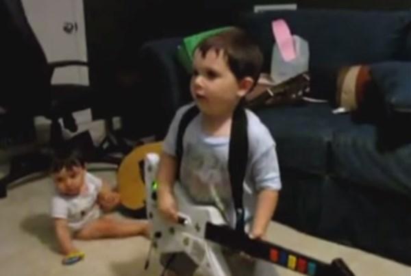 レイジ・アゲインスト・ザ・マシーンにノリノリの2歳児がファッキンクールすぎる