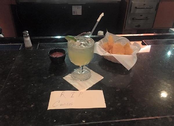 亡くなった常連客の席に「いつものメニュー」をお供え、レストランの対応に遺族感涙