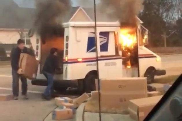 郵便配達員が燃え上がるトラックからクリスマス・プレゼントを救出!