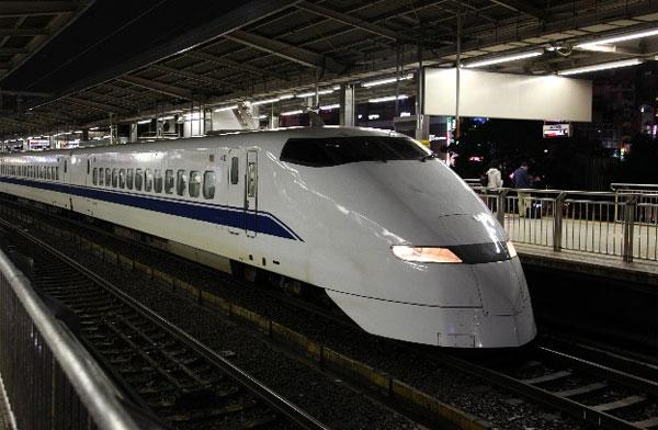 駄洒落がまさかの現実に・・・ 線路上に布団が吹っ飛び、新幹線が緊急停止!?