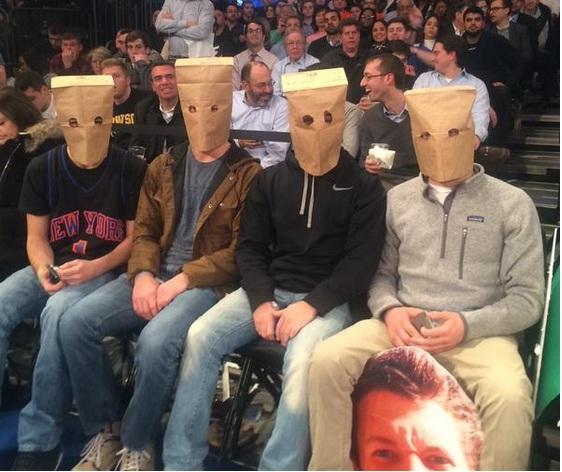 大連敗中のNBAニューヨーク・ニックス、ファンの怒りの抗議が面白すぎると話題www