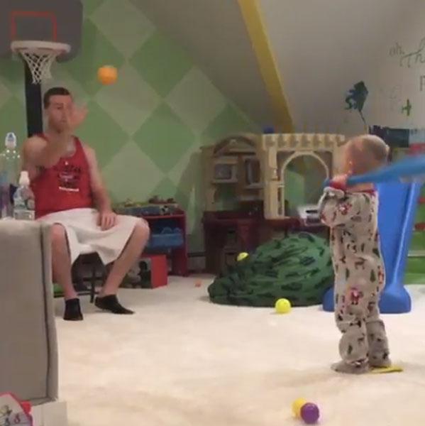MLB選手の1歳の息子に早くも大物スラッガーの予感!見事すぎるバットコントロールに絶賛の嵐【動画】