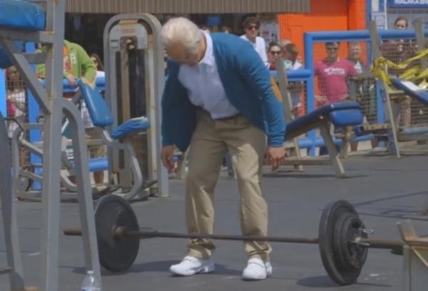 ヨボヨボのおじいさんが重量上げに挑戦!? 約9千万ビューを記録した動画が大人気!