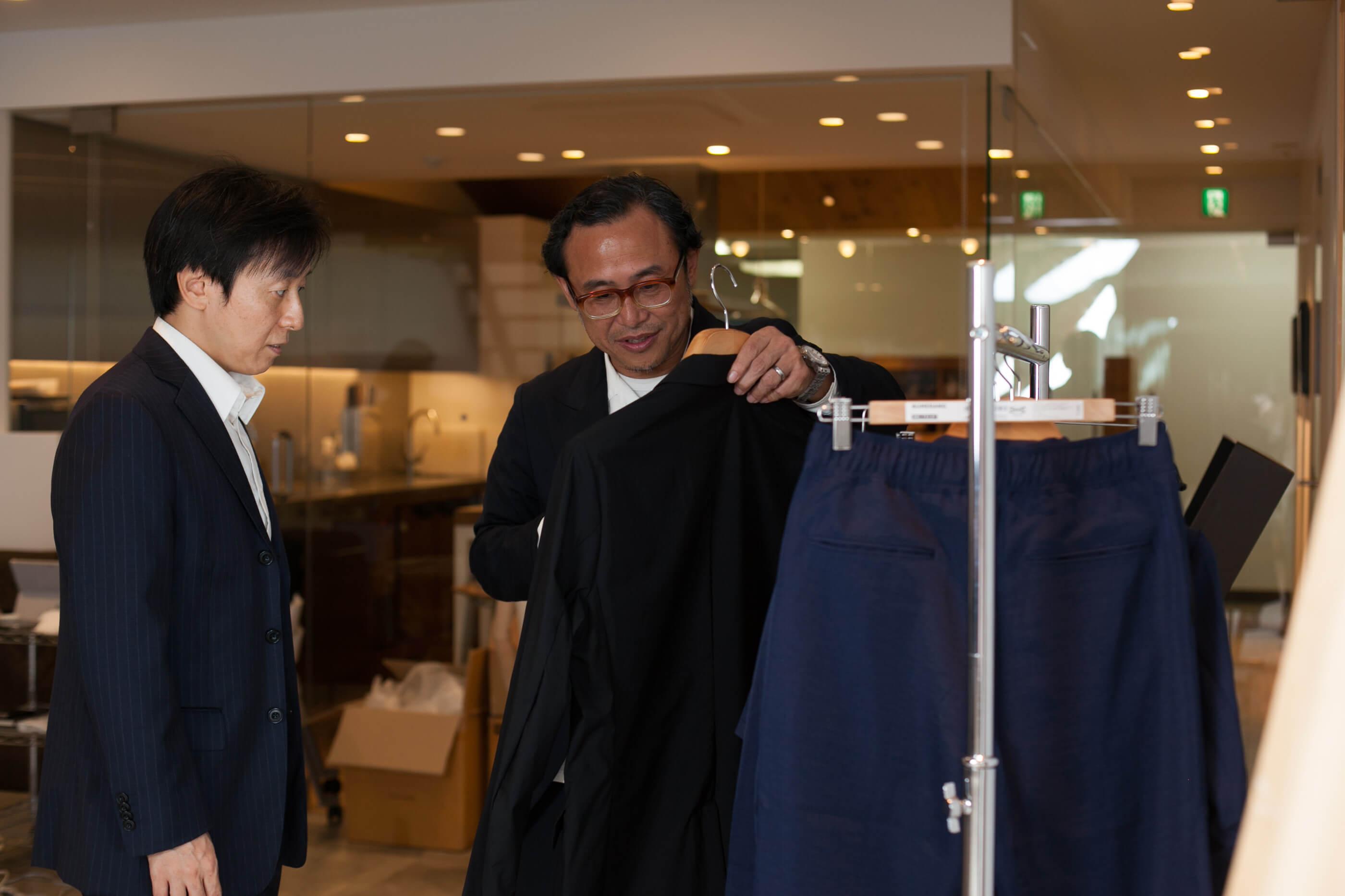 ひとつずつ手に取りながら、どうしてその商品を選んだのか説明していく遠山社長。繰り広げられる専門的なファッションの話に、青野はついていくので必死な様子......。