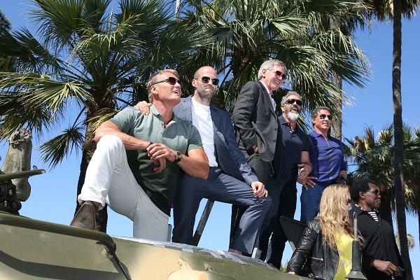 暴力と破壊と火薬!スタローン率いるエクスペンダブルズがカンヌ映画祭に戦車で乱入