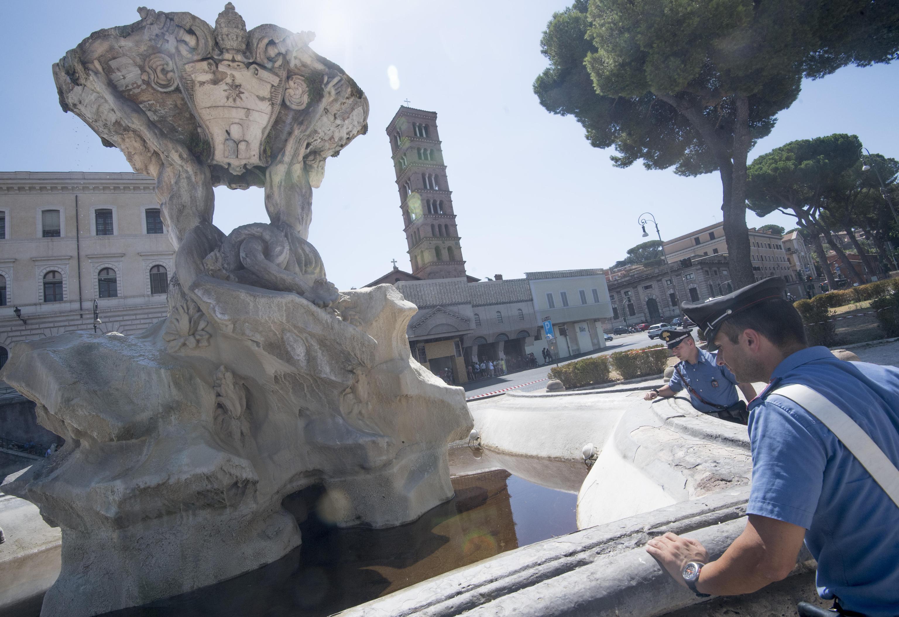 Olio in una fontana, Roma nuovamente sfregiata