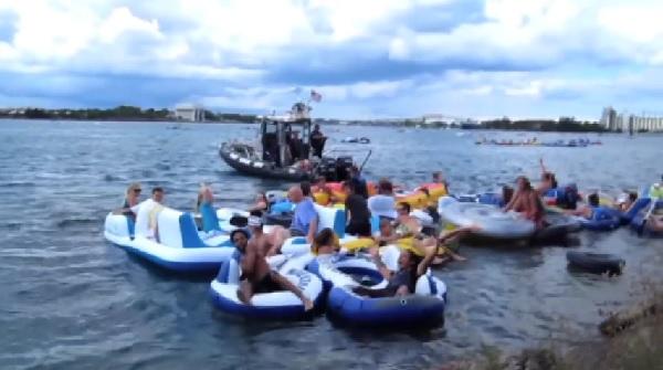 【不法入国?】ゴムボートに乗った1500人のアメリカ人が強風でなんとカナダまで流されてしまった!