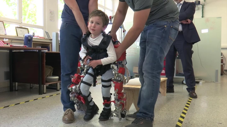 Engadget Japanese日本版世界初の子供用パワーアシストスーツ開発、SMA(脊髄性筋萎縮症)の子供が歩く動画を公開