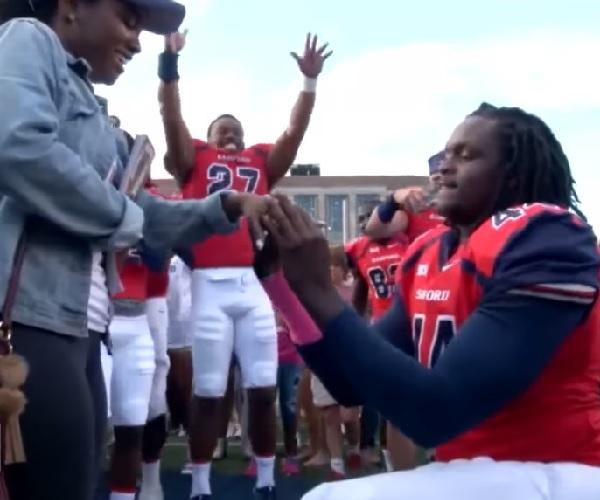 フットボールの選手がチームの力を借りて感動のプロポーズ!【動画】