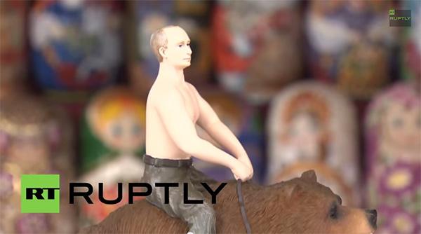 クマにまたがるプーチン大統領のフィギュアが販売 世界中から熱視線【動画】