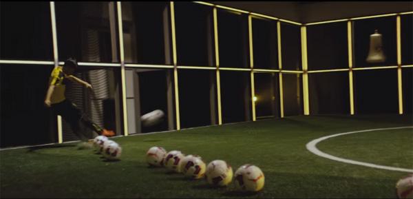 香川、オーバメヤン、ロイス、さらには監督も登場!好調ドルトムントのメンバーがボールで奏でる「ジングルベル」がスゴい【動画】