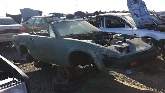 未来的なフォルムと粗悪な品質が話題を呼んだ、1980年型トライアンフ「TR7」を廃車置場で発見(ビデオ付)