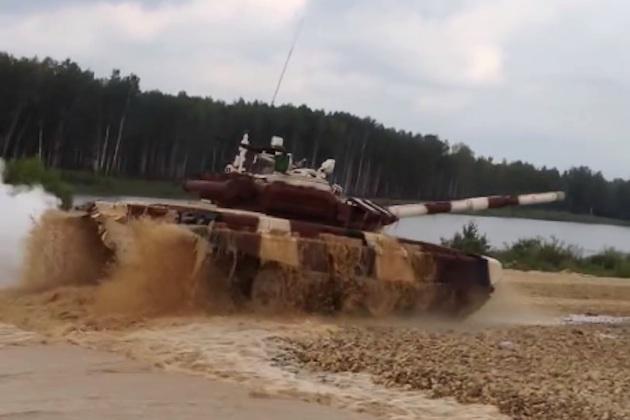 【ビデオ】戦車がドリフトに失敗して横倒し!