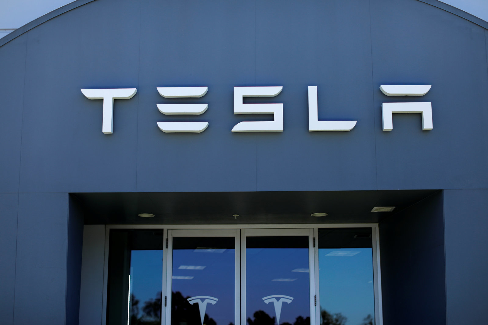 A Tesla sales and service center is shown in Costa Mesa, California, U.S. June 28, 2018.        REUTERS/Mike Blake