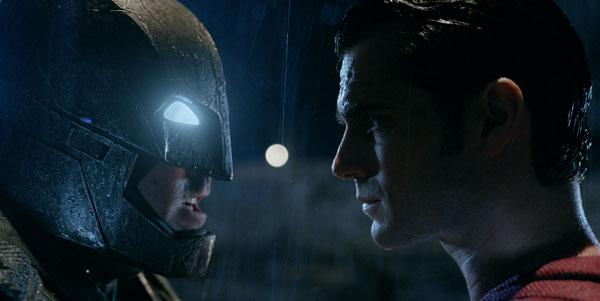「巨悪」スーパーマンVS「人類の希望」バットマンの大迫力バトルシーンがスゴすぎる!『バットマン vs スーパーマン』超絶特別映像