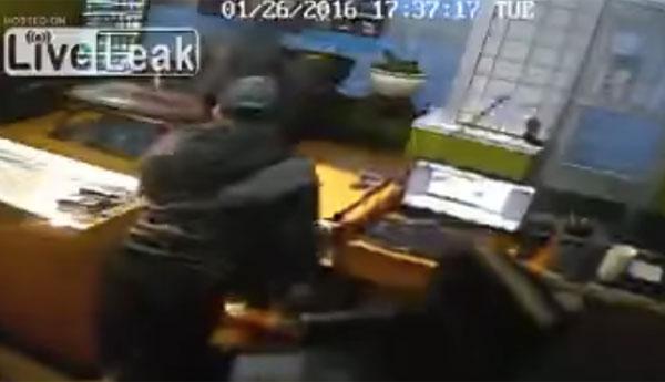 石川五ェ門かよ!モンスタークレーマーに刀を出して塩対応する店主が恐ろしすぎるwww【動画】