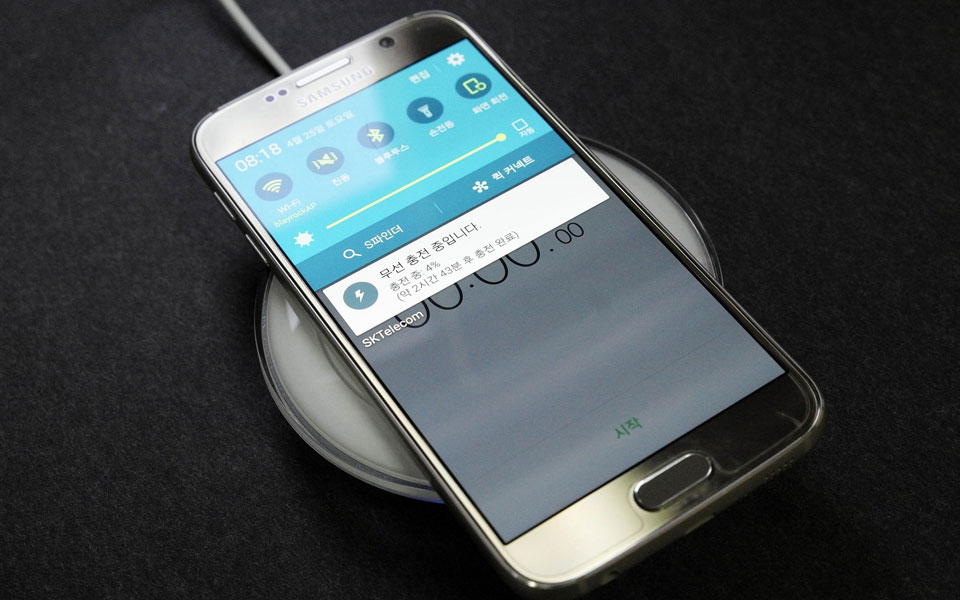 A Galaxy S6 on a wireless charging pad