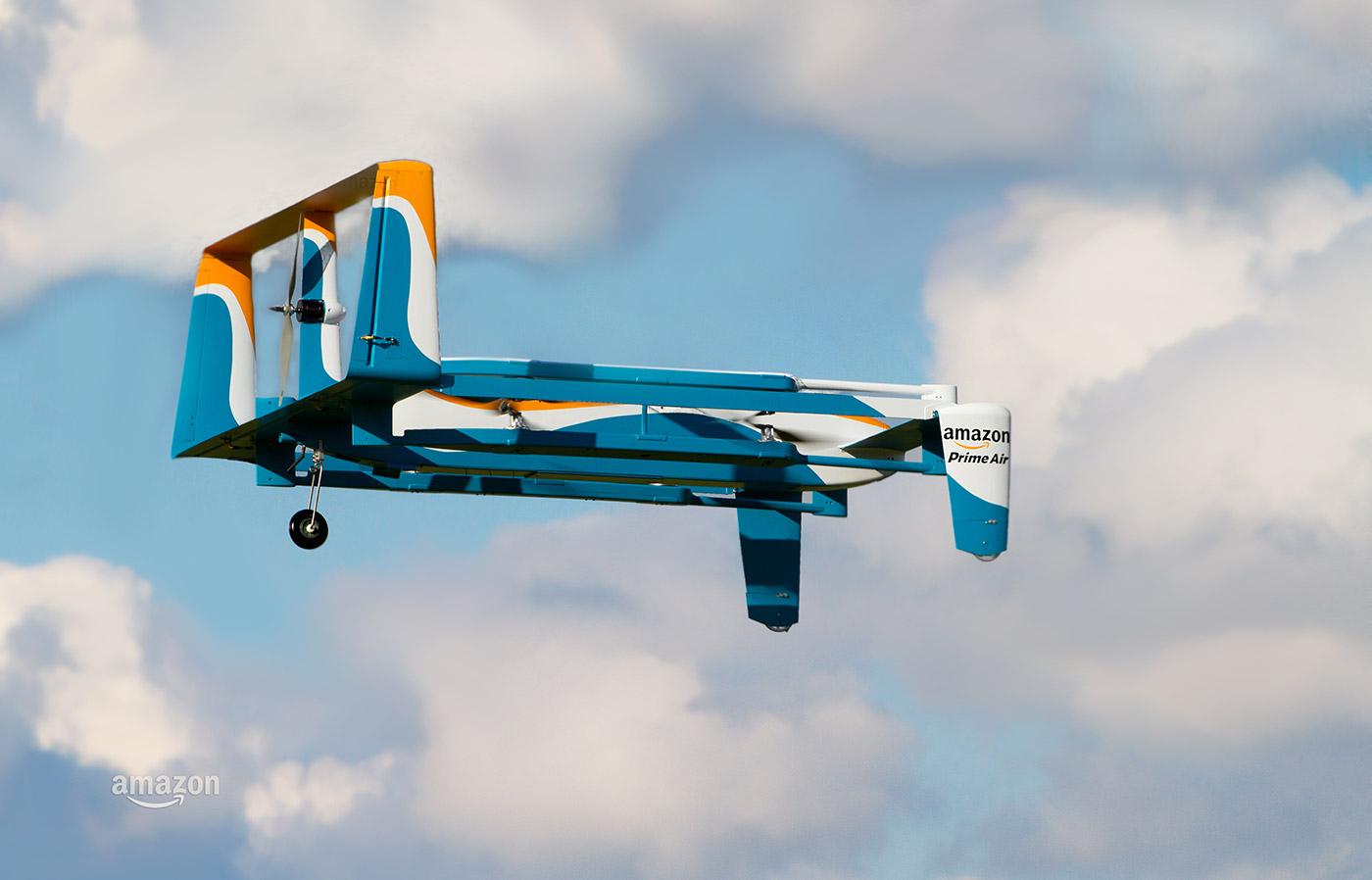 飛行するアマゾンの配送用ドローン