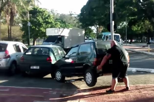 【ビデオ】自転車用レーンを塞ぐ迷惑駐車に、腕力で立ち向かうヒーロー現る!