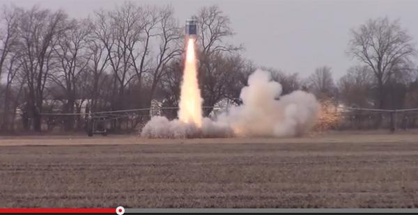 ロケット愛好家グループが一致団結し、「簡易トイレロケット」の打上げに成功