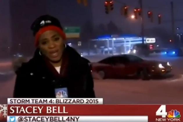 【ビデオ】大雪のニュースを伝えるレポーターのすぐ後ろで、豪快にドリフトする日産「240SX」