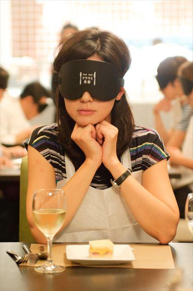 ホテル椿山荘東京の目隠しをして真っ暗闇の状態でもてなす「暗闇怪談」がすごすぎる
