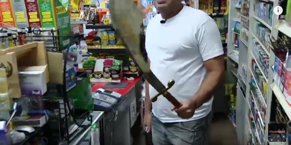 ダニー・トレホかよ!コンビニ店員が超デカい刀をブン回して武装強盗を追っ払って最強すぎる【動画】