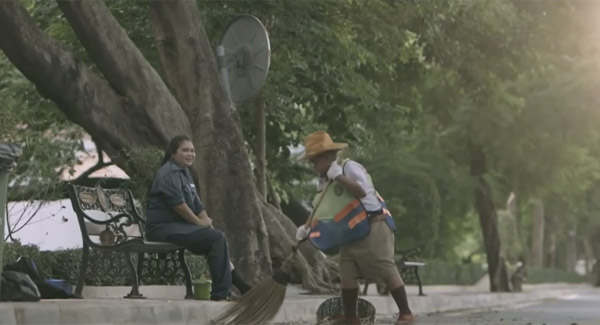 タイの保険会社のCMが感動的すぎると話題に 少年が学校をこっそり抜け出していた理由とは?【動画】