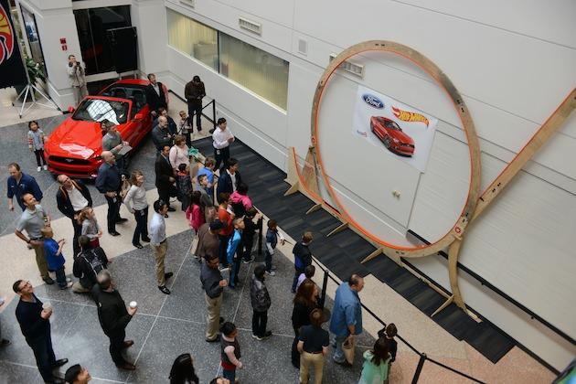 【ビデオ】フォード社内に世界最大のホットウィール用ループトラックが出現!