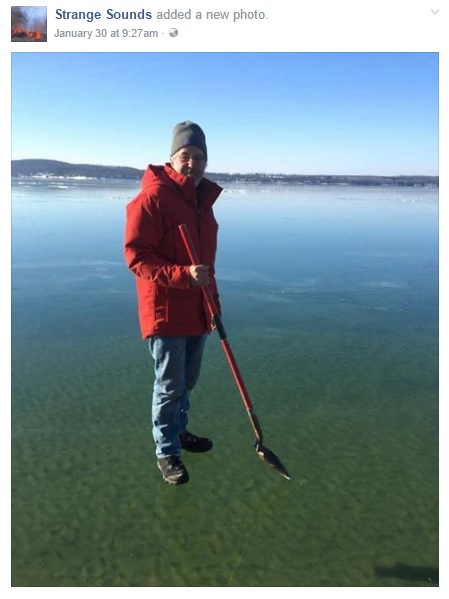 男性が湖の上を歩いているように見える画像にネットユーザーが驚愕