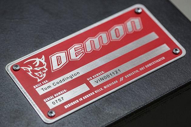 ダッジ、「チャレンジャー SRT デーモン」の新たなヒントとなる画像を公開 1人の名前と2つの数字が意味するところは?