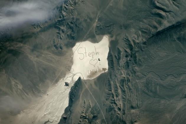 【ビデオ】クルマで砂漠に文字を描き、心温まる巨大メッセージを宇宙にお届け!