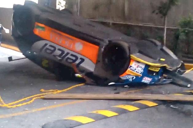 【ビデオ】クレーンで吊り上げていたセアト「レオン クプラ」のラリーカーが落下して大破!