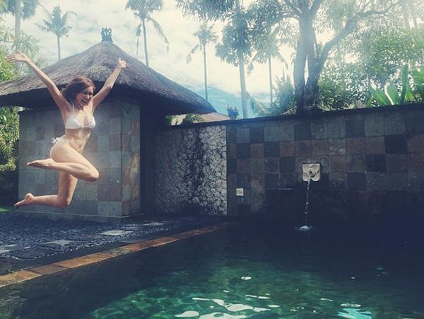 プールに飛び込む紗栄子の画像