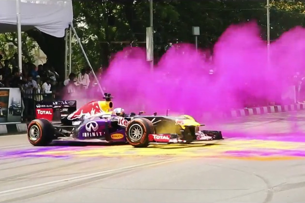 【ビデオ】クルサードがレッドブルのF1マシンで世界一カラフルなドーナツターンを披露!