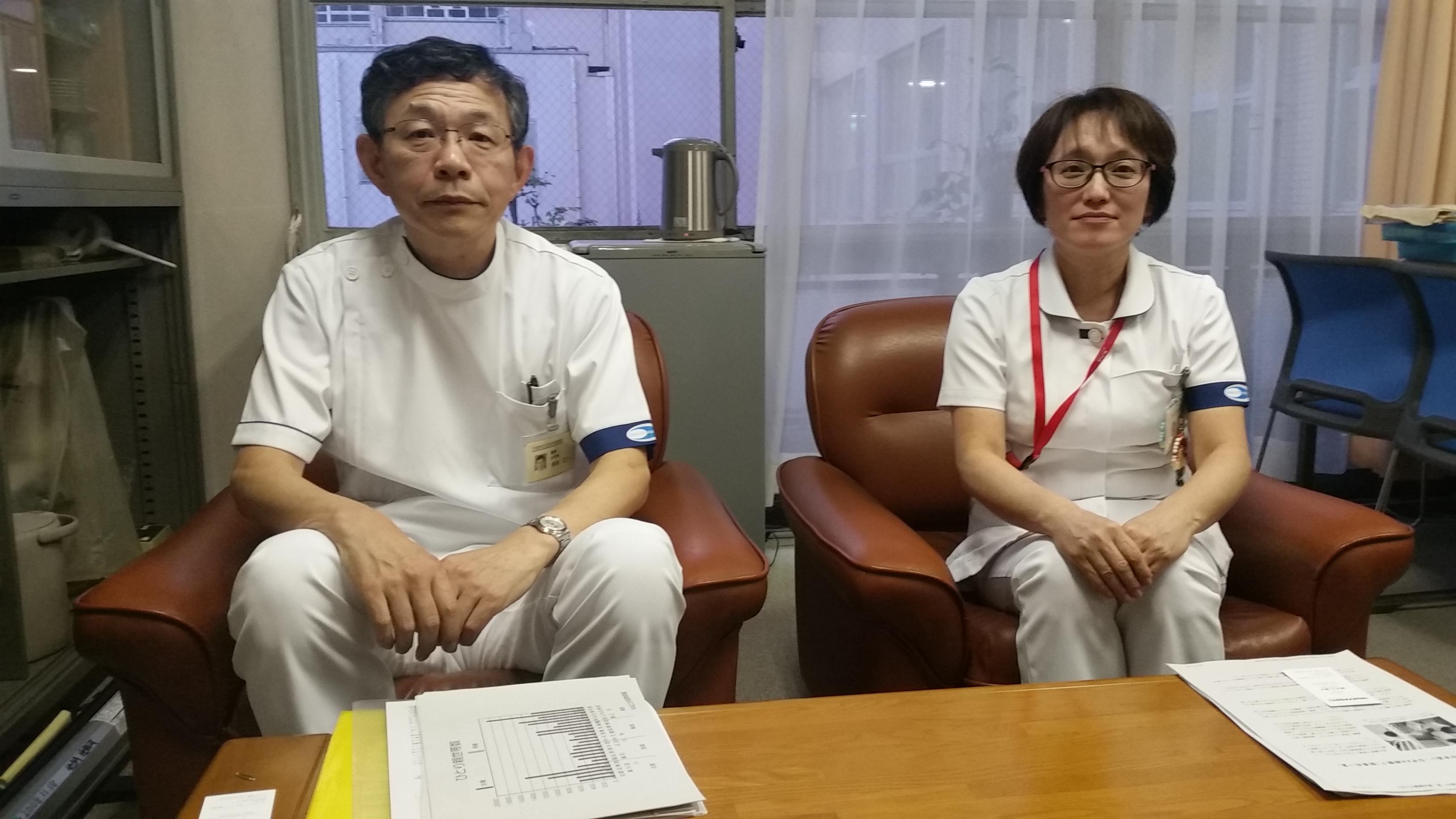舟本仁一院長(左)と加登泉副主幹=大阪市住之江区の住吉市民病院
