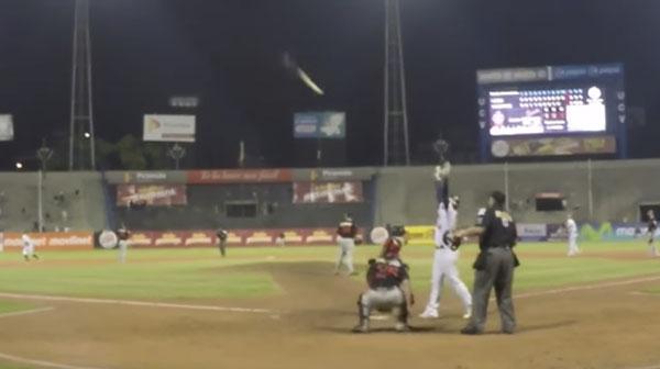 2015年最高の「バット投げ」は元広島のグスマンの満塁弾!海外メディアが選出【動画】