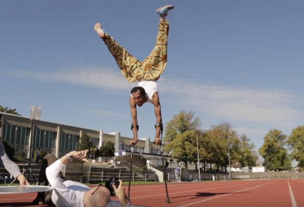 松葉杖で逆立ち100メートル走の世界記録者が語る「困難を克服する強い心」とは?