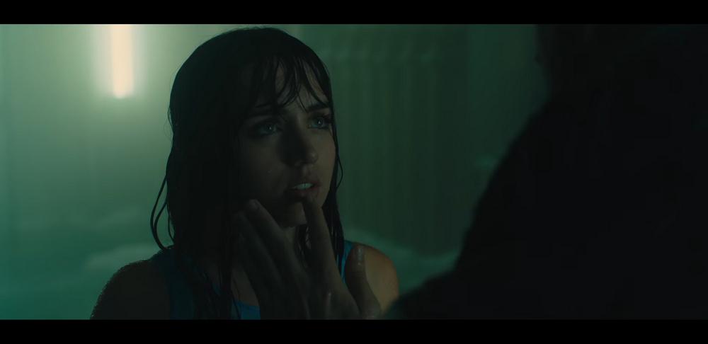 キューバの女優アナ・デ・アルマスは、Kと特別な関係にあるらしい謎の女性 Joi  を演じます。誰が見ても「この女の子レプリカントなんでしょ?」と思わせるような雰囲気
