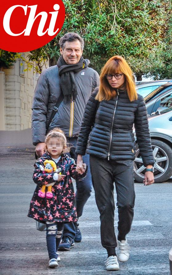 Fabrizio Frizzi a passeggio con moglie e figlia: le prime foto del conduttore dopo la malattia