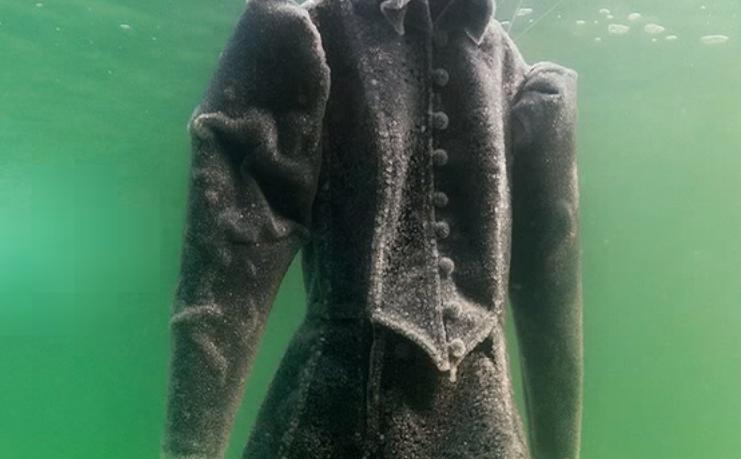 ドレスを3か月間「死海」に漬けてみた→なんとも美しいアート作品に!