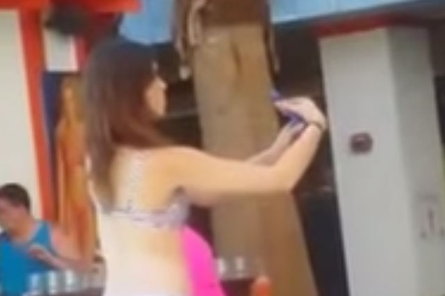 Girl wastes a whole minute trying to take the perfect selfie (video)