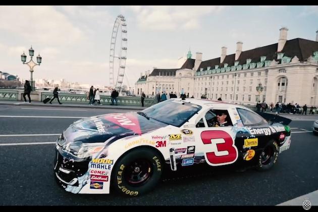 【ビデオ】NASCARのシボレー「SS」が轟音を立ててロンドン市内を走り抜ける!